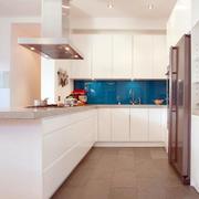 白色的厨房橱柜