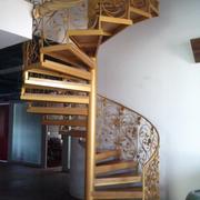 实木暖色调的楼梯