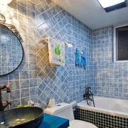 蓝色格子状的卫生间