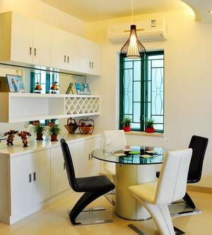 餐厅造型精致的餐桌椅