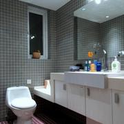 灰白色的卫生间墙壁