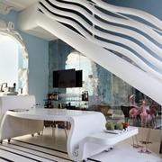 房间波浪状的楼梯扶手