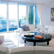 年轻干净的客厅沙发