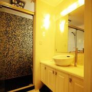 温暖黄色调的卫生间