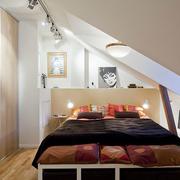 阁楼卧室床摆放图