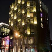夜晚灯火通明的酒店