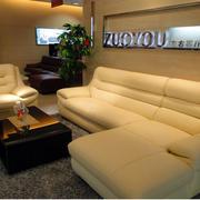 客厅榻榻米白色沙发