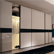 现代时尚的白色衣柜