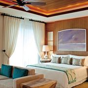卧室浅淡色彩的窗帘
