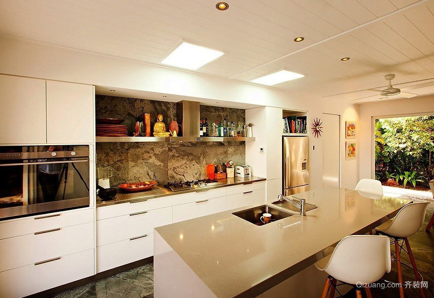 时尚豪华的三居室欧式厨柜装修效果图大全