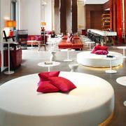 红白相间的餐厅桌椅