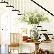 白色木质楼梯