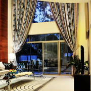 别墅引人注意的客厅窗帘