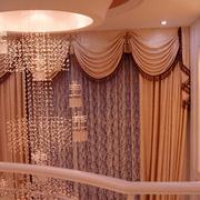 别墅优美的楼梯窗帘