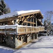 被白雪覆盖的木屋别墅装修