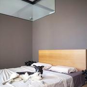 黑白色调的公寓卧室