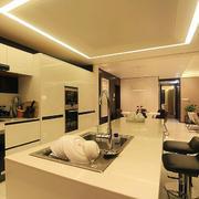 暖色调厨房吧台装修