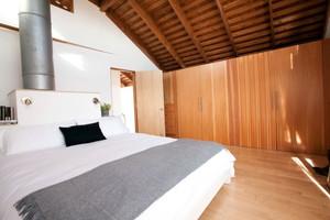 回归自然的复式楼卧室实木衣柜装修效果图