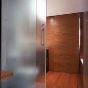 现代创意型玻璃门装修