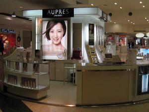 备受爱美女性青睐的时尚简约化妆品展示柜装修效果图