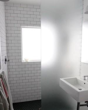 保护隐私不受侵犯 卫生间磨砂玻璃隔断装修效果图