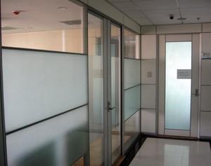 公共场所也有隐私 办公室磨砂玻璃隔断装修效果图