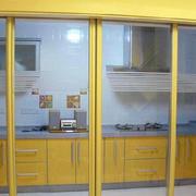 黄色调厨房推拉门