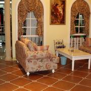 深色调客厅地板砖装修