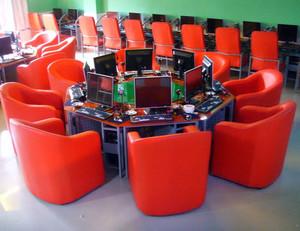 高度适合的网吧桌椅装修效果图