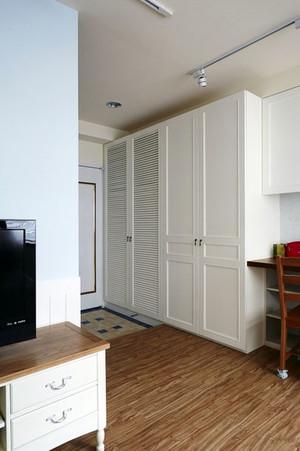 小户型简约客厅整体柜子装饰