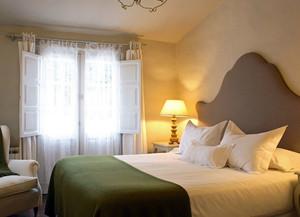 欧式小型卧室飘窗装饰