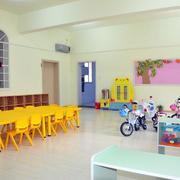 幼儿园简约原木桌椅装饰