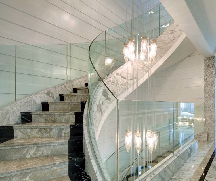 安全不伤手的钢化玻璃楼梯扶手装修效果图