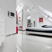 简约纯白色阁楼客厅置物柜设计