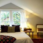 美式简约斜顶卧室效果图