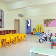 幼儿园教室原木桌椅装饰