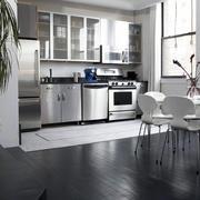 后现代风格深色客厅地板设计