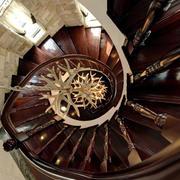 中式原木深色旋转楼梯设计