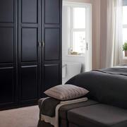现代风格卧室深色衣柜装饰