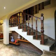 深色木制楼梯装饰