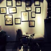 美式风格深色客厅照片墙装饰