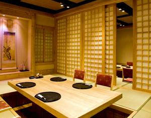 日式风情的简约原木搭配的餐厅装修效果图