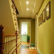 跃层客厅照片墙装饰