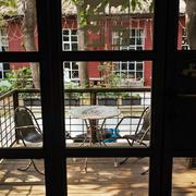 老房铁制阳台桌椅装饰