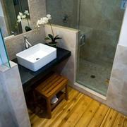 日式卫生间原木地板装饰