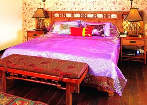 卧室深色原木床饰设计