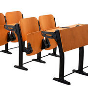 简约原木色教室桌椅