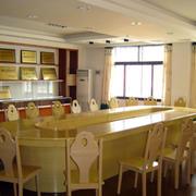 简约会议室椭圆形会议桌设计