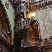 欧式大型高挑别墅原木旋转楼梯装饰