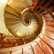 大型别墅原木楼梯设计
